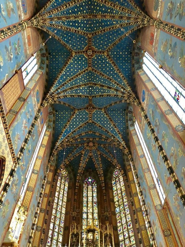 Gli splendidi interni e il soffitto stellato della Basilica di Santa Maria a Cracovia