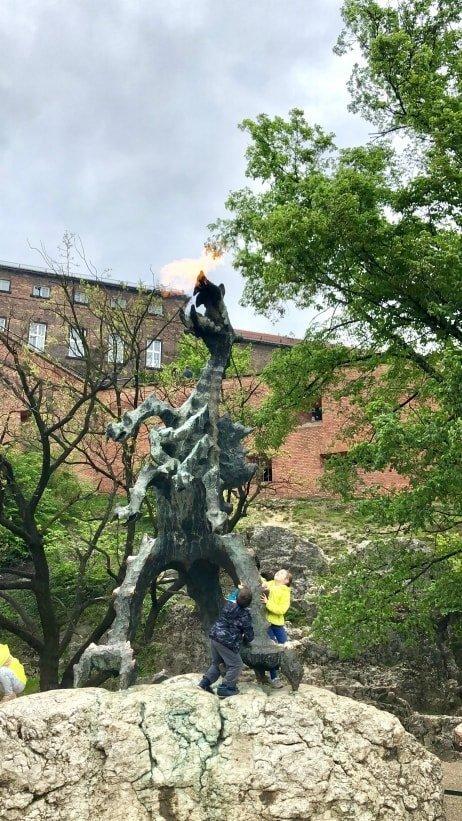 La statua del drago Smok che sputa fuoco