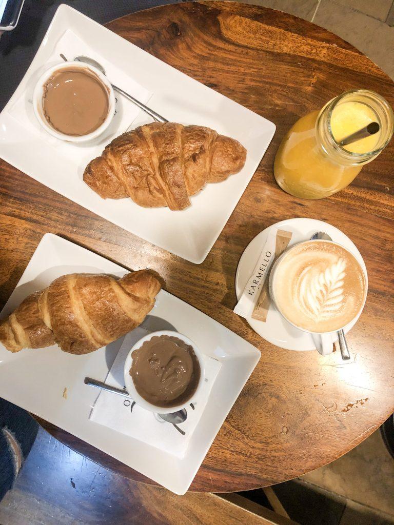 Mangiare a Cracovia:  Colazione da Karmello con croissant al cioccolato al latte, spremuta di arancia e cappuccino