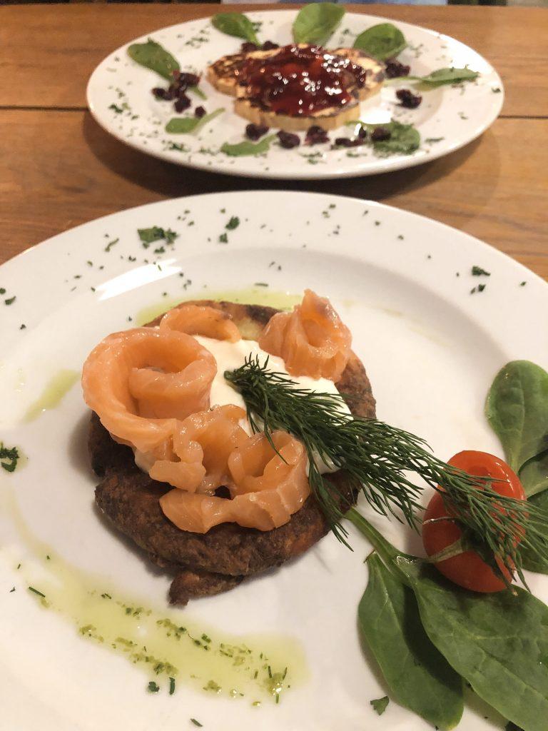 Mangiare a Cracovia Blins al salmone e panna acida