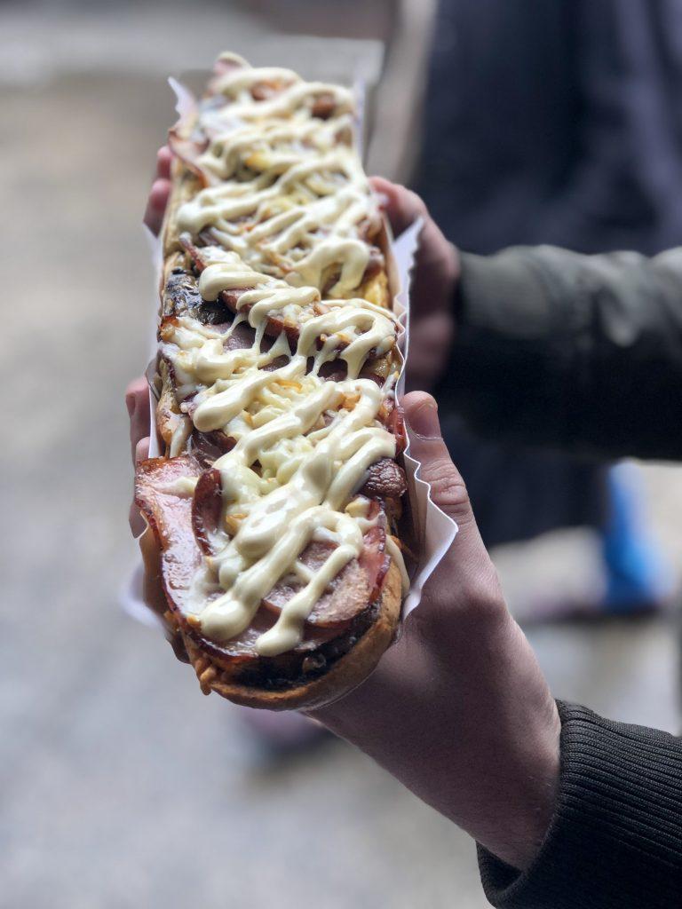 Assolutamente da mangiare a Cracovia è la Zapiekanka con formaggio, funghi, maionese, bacon e kielbasa
