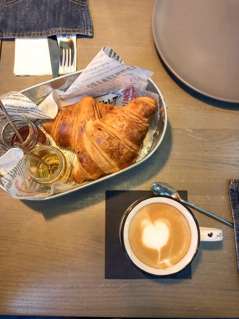Colazione con croissant e cappuccino