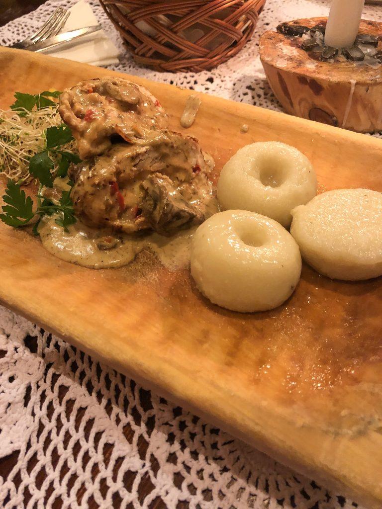 Rollè di cotoletta di pollo ripieno di funghi, peperoni e formaggio con kluskie