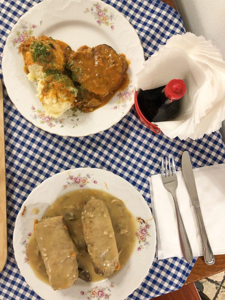 Golabki (involtini di cavolo ripieni di carne e riso) e carne di maiale