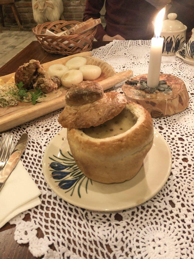 Zuppa tipica di Cracovia: zurek servita nel pane