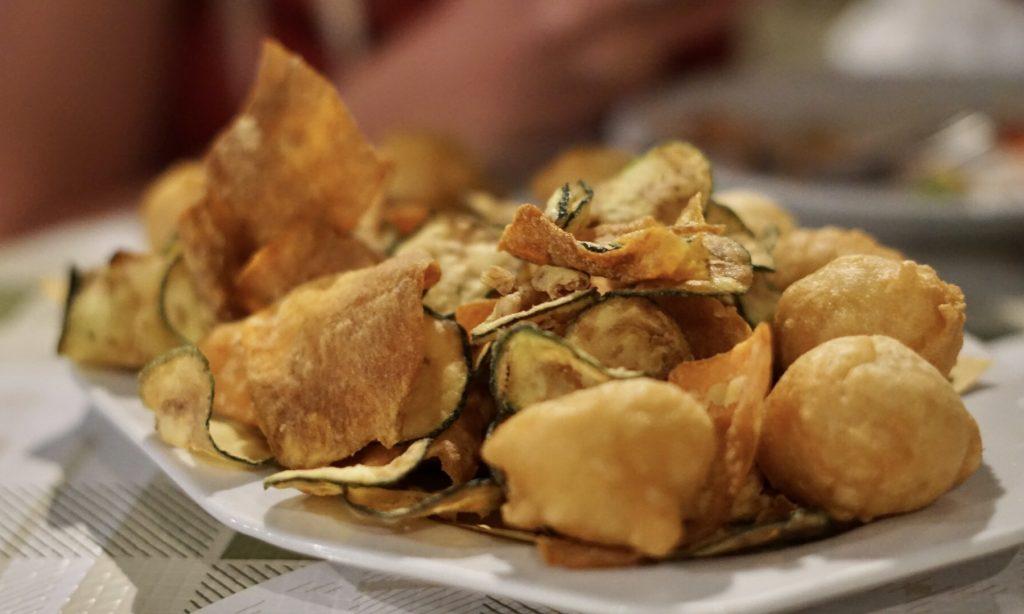 Osteria pane e vino a Peschici antipasto frittura di verdure e frittelle