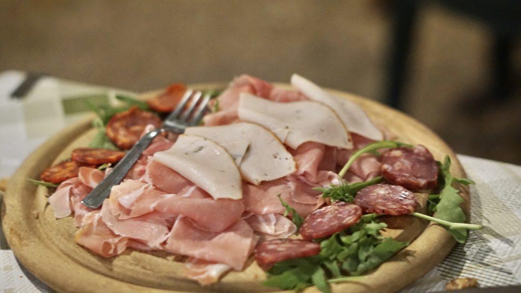 Osteria pane e vino a Peschici antipasto tagliere di salumi